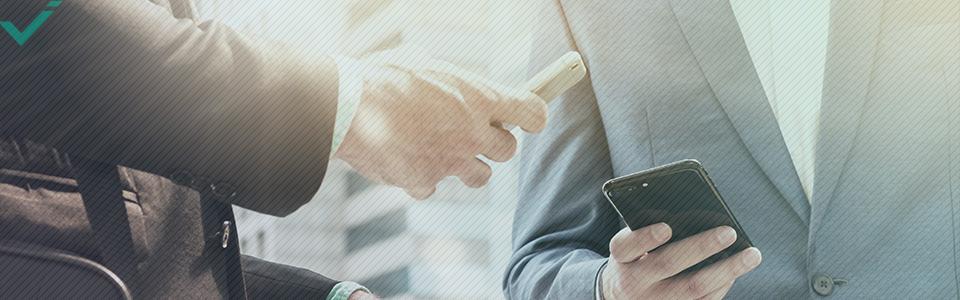 De plus, une étude de 2010 suggère que le marketing sur les réseaux sociaux permet aux entreprises d'améliorer les relations existantes avec les consommateurs, en augmentant potentiellement leur valeur d'achat en ligne.